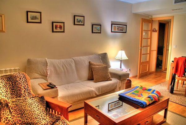 šiltas gyvenamojo kambario dizainas