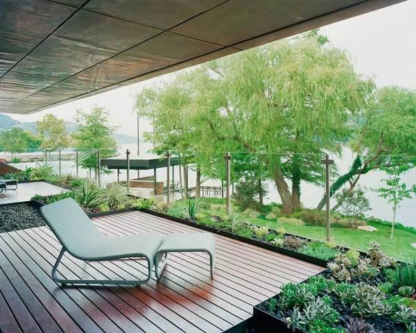 Medinė namo lauko terasa