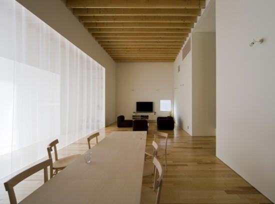 minimalistinio dizaino atributai medžio apdaila, balta spalva