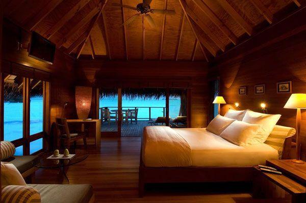 medžiu dekoruotas miegamojo interjeras viloje