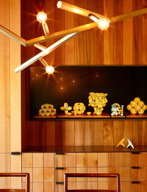 medinis-šviestuvas-medinių-lentelių-fone