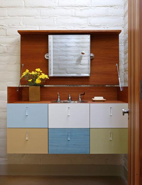spalvota vonios spintelė su kriaukle
