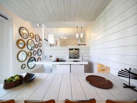 valgomojo stalas, veidrodžiai ant sienos virtuvėje