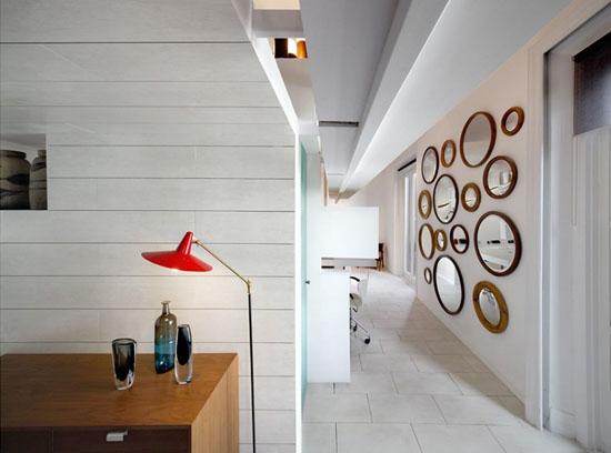 veidrodžių kolekcija ant sienos bute