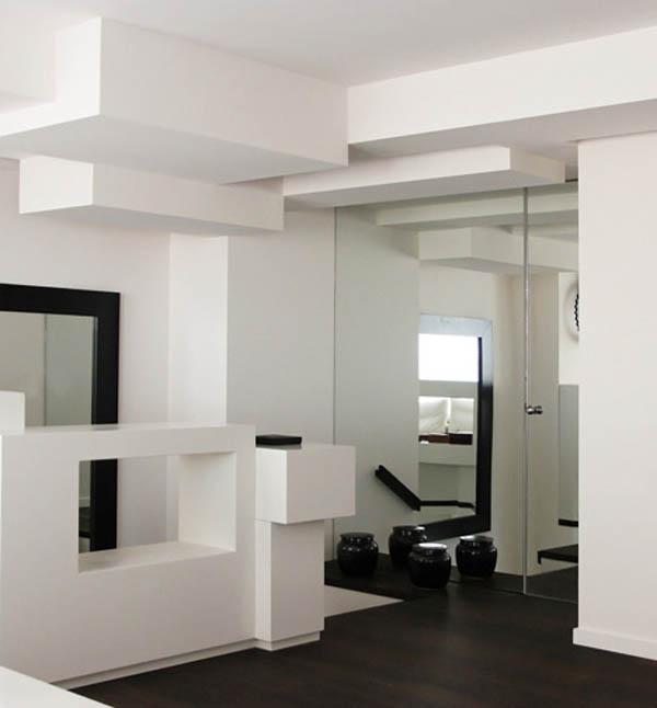 stiklinės durys kubistiniame buto interjere