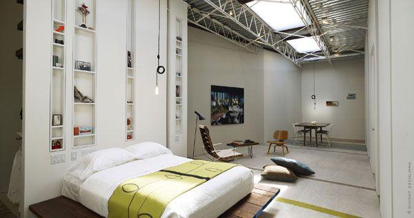 miegamojo dizainas su metalinėmis lubų konstrukcijomis