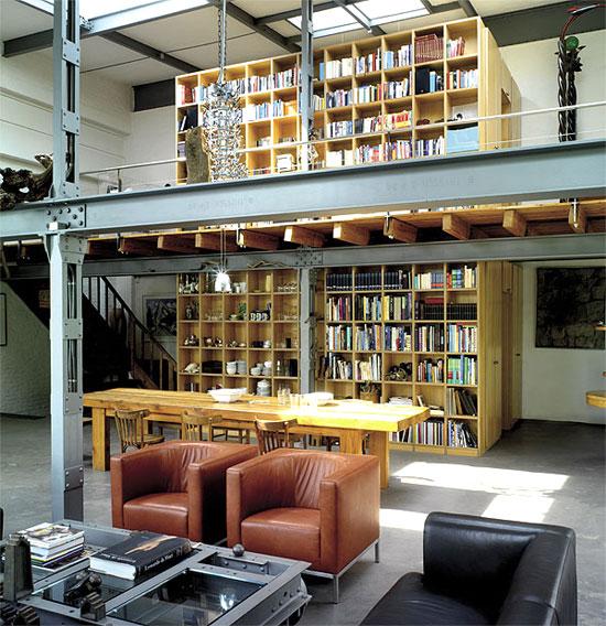 Knygų lentynų vaizdas iš svetainės kambario