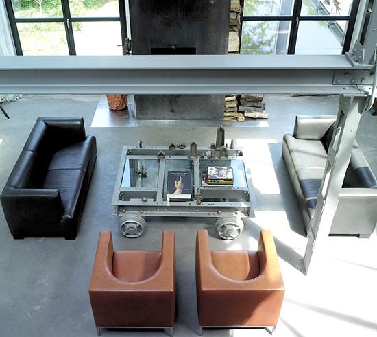 Metalinis židinys, sijos, staliuko detalės  svetainės interjere