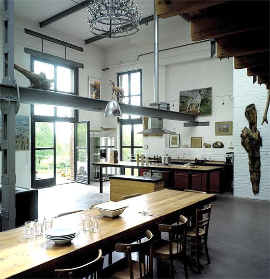 Medžio skulptūra virtuvės interjere