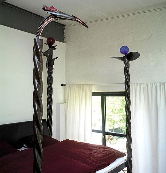 lova su dekoratyvinėmis sukto metalo detalėmis