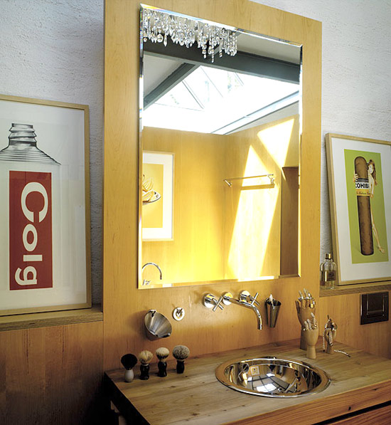 veidrodis ant medinės plokštės vonios interjere