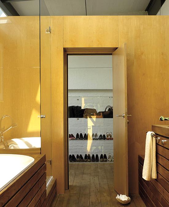 Lentynos batams vaizdas iš vonios kambario