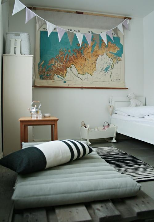 Vaiko kambarys su Norvegijos žemėlapiu ant sienos