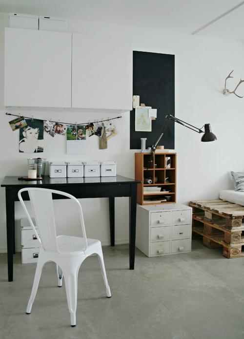 darbo kambarys su nuotraukomis ant sienos