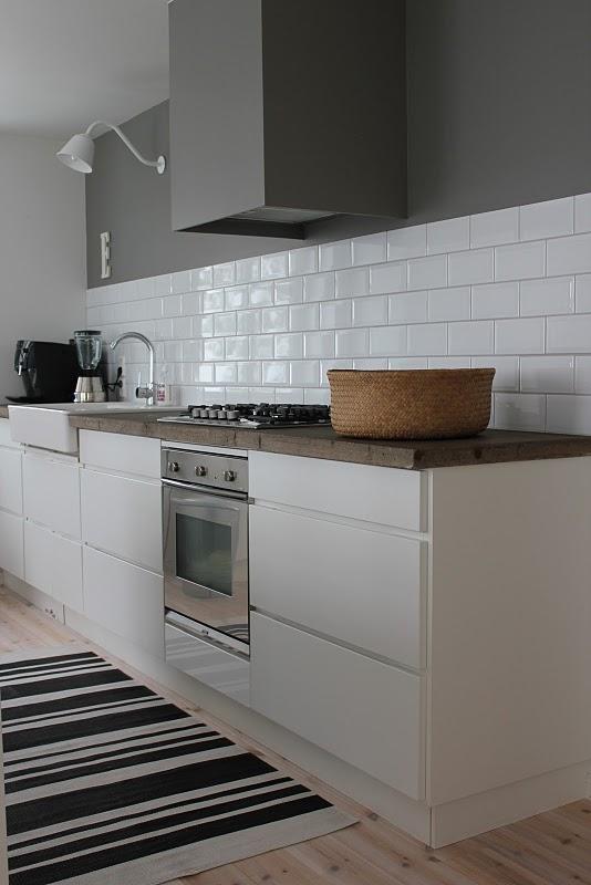 pintas indas ant spintelės stalviršio virtuvės interjere