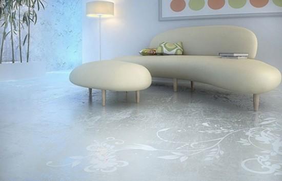 Interjero fragmentas su piešiniu ant betono grindų