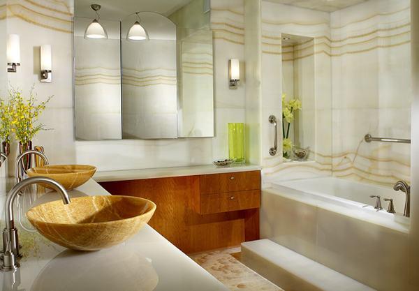 Lauko gėlių akcentai vonios interjere