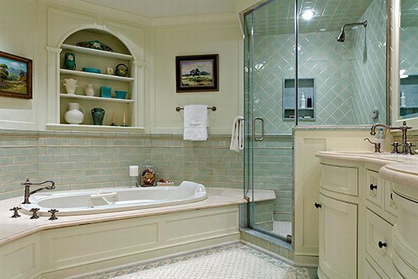 Akvamarino spalvos akcentai, klasikinės detalės vonios interjere