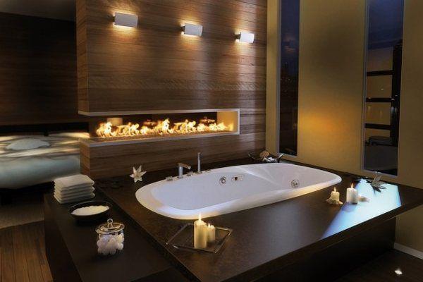 Židinys, tamsaus medžio apdaila vonios kambario interjere
