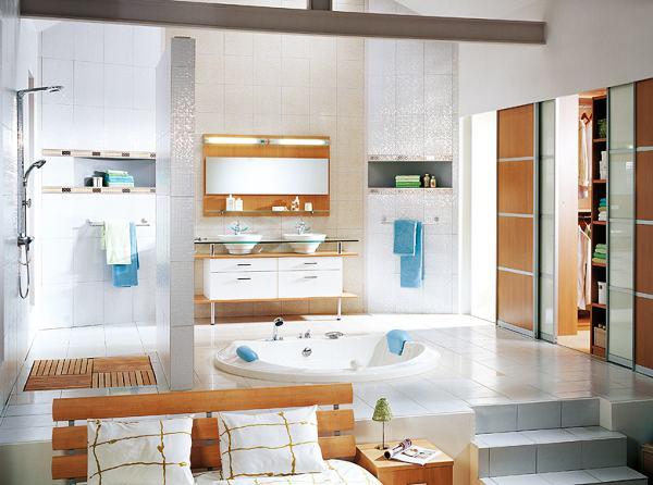 Erdvus vonios kambarys šviesaus medžio apdaila