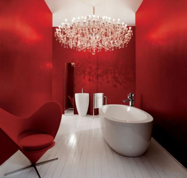 Raudonos spalvos vonios interjere
