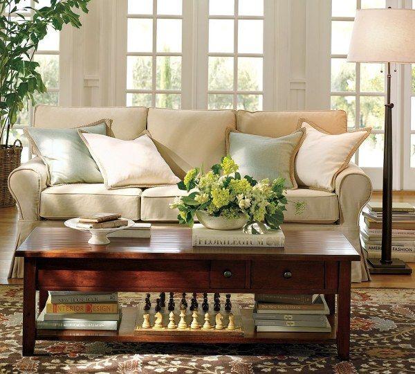 sofa, kavos staliukas svetainės interjere