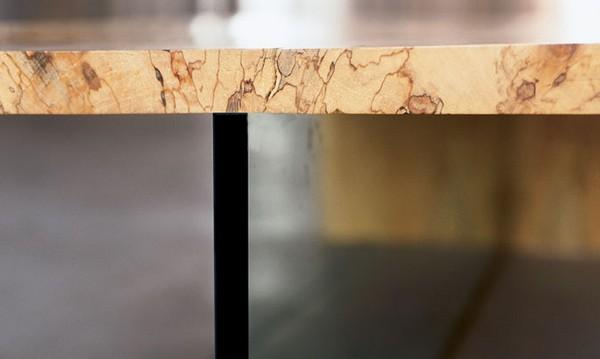 svetainės staliukas medienos faktūra