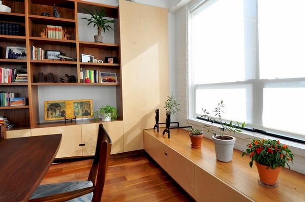 buto interjeras, lentyna, gėlės prie lango