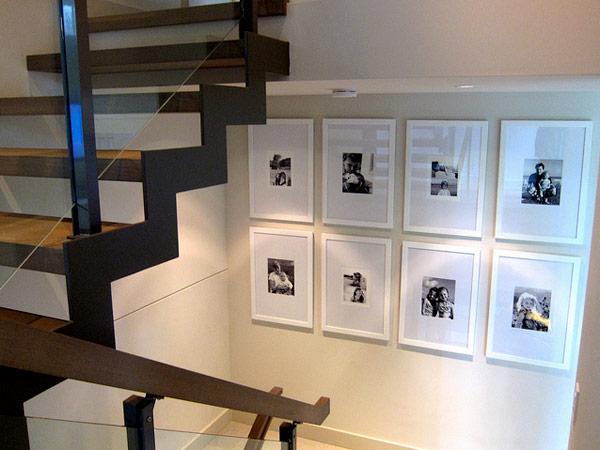 nuotraukos ant sienos laiptinės interjere