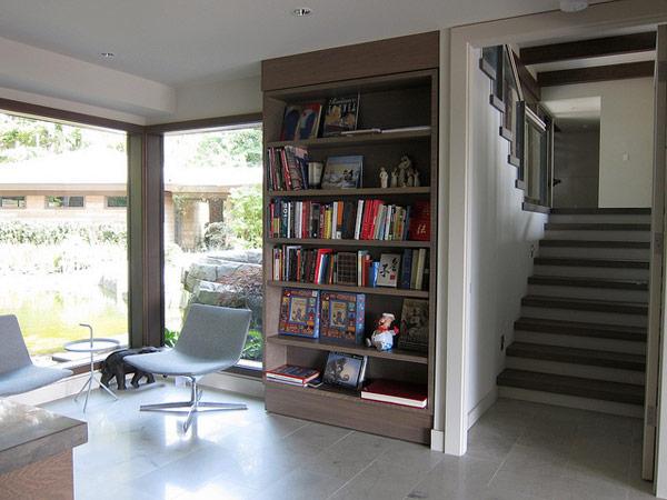 knygų spinta, laiptai kambario interjere