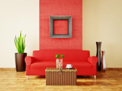 Raudona sofa kambario interjere