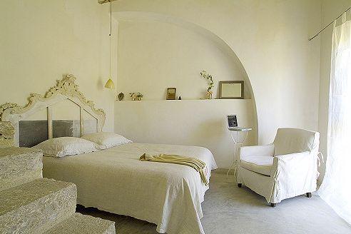lova miegamąjame kambaryje su laiptais