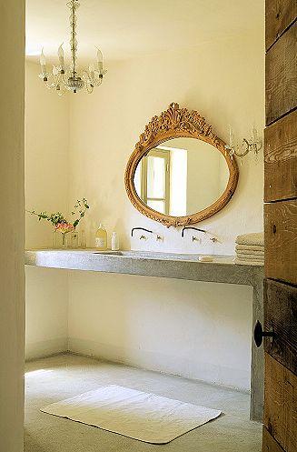 ovalo formos veidrodis vonios kambario interjere