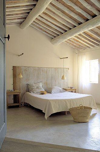 apvalių medinių sijų lubos miegamojo interjere