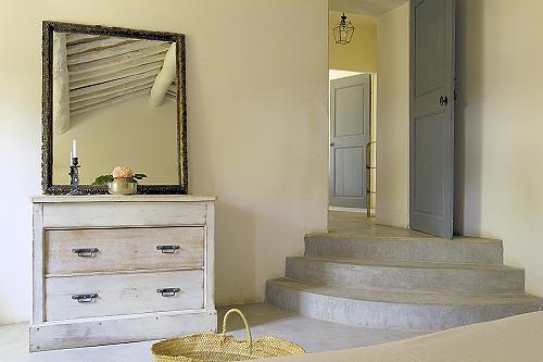 komoda, veidrodis, laiptai vonios interjere