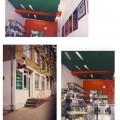Raudona sija, žalios lubos parduotuvės interjere