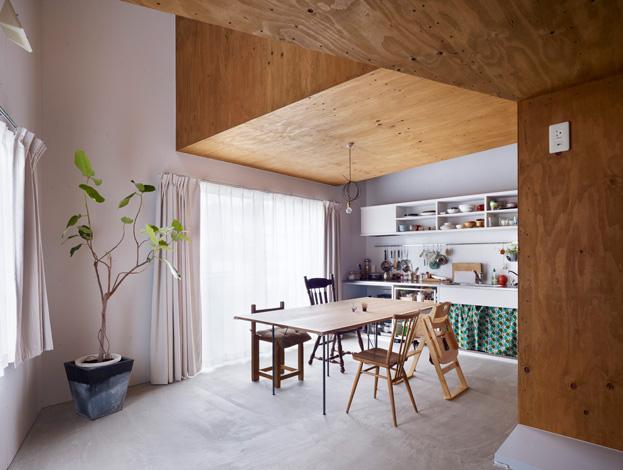 virtuvės interjeras, medzio apdaila, balta spalva, zali augalai