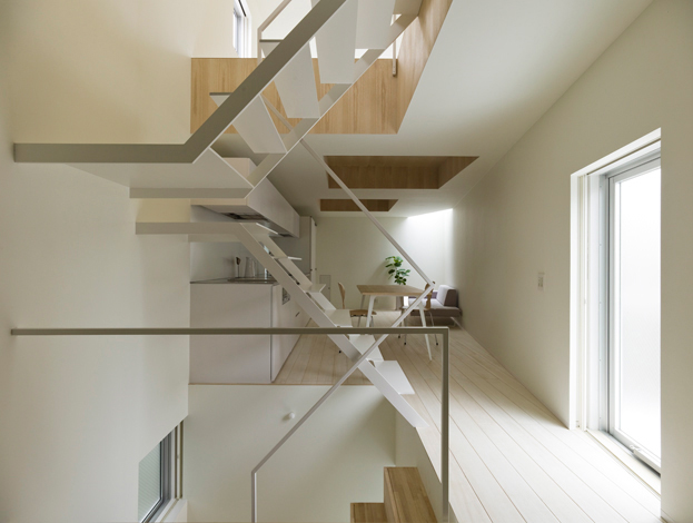metaliniai balti laiptai laiptinės interjere