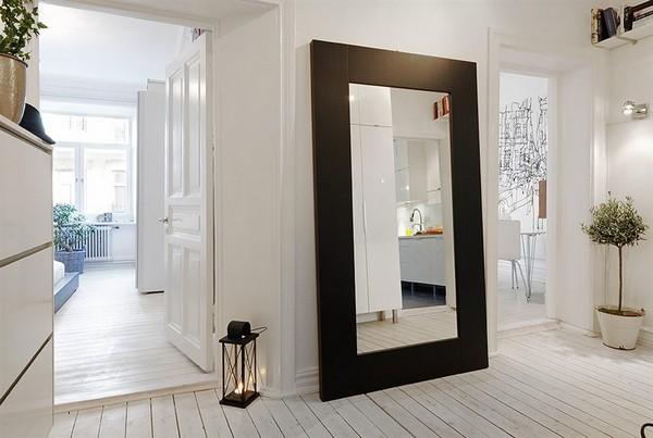 didelis veidrodis, stovintis ant grindų