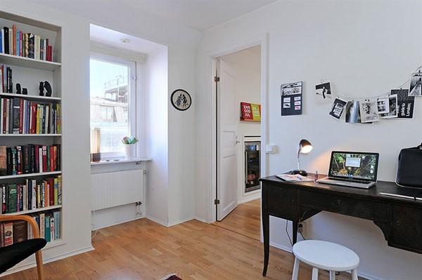 juodas stalas, balta kėdė darbo kambario interjere