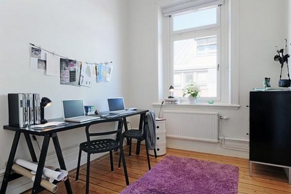 violetinis kilimas darbo kambario erdvės interjere