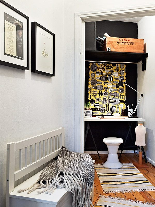 darbo kambarys nedidelės nišos su durimis erdvėje