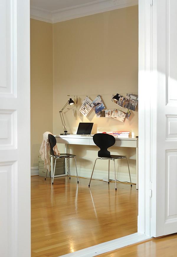ilgas stalas darbo kambario erdvėje