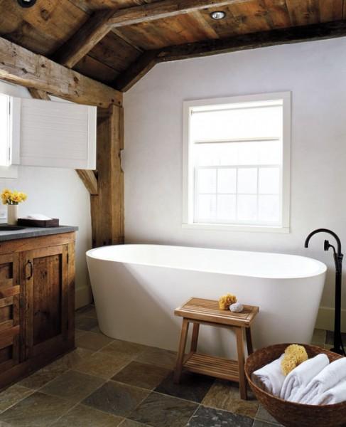 vonios interjeras name, buvusiame sandėlyje