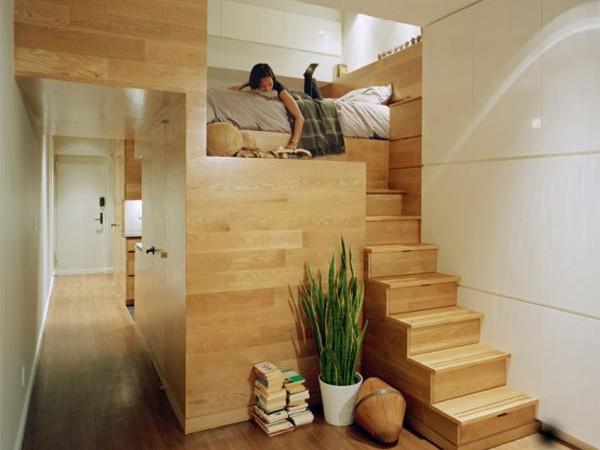laiptai mažame bute - studijoje