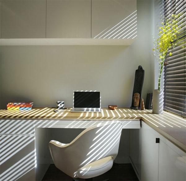 stalas namų ofiso erdvėje