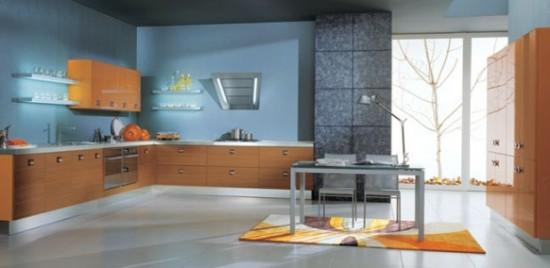 Citali-Cucine šviesaus medžio spintelės melsvų sienų fone virtuvės interjere