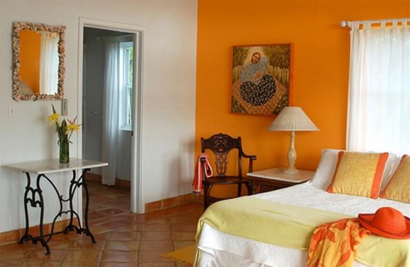 Oranžinė balta miegamojo interjere