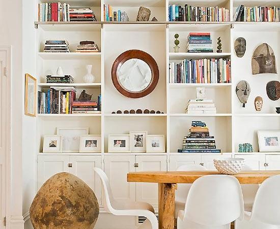 Medinis stalas, plastikinės kėdės,akmuo valgomojo interjere