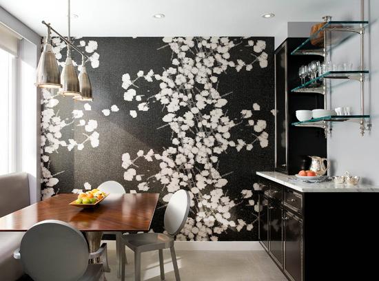 Gėlėti juodai balti tapetai valgomojo interjeras